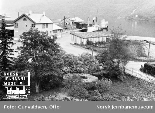 Oversiktsbilde med Flåm stasjon og jernbanekaia