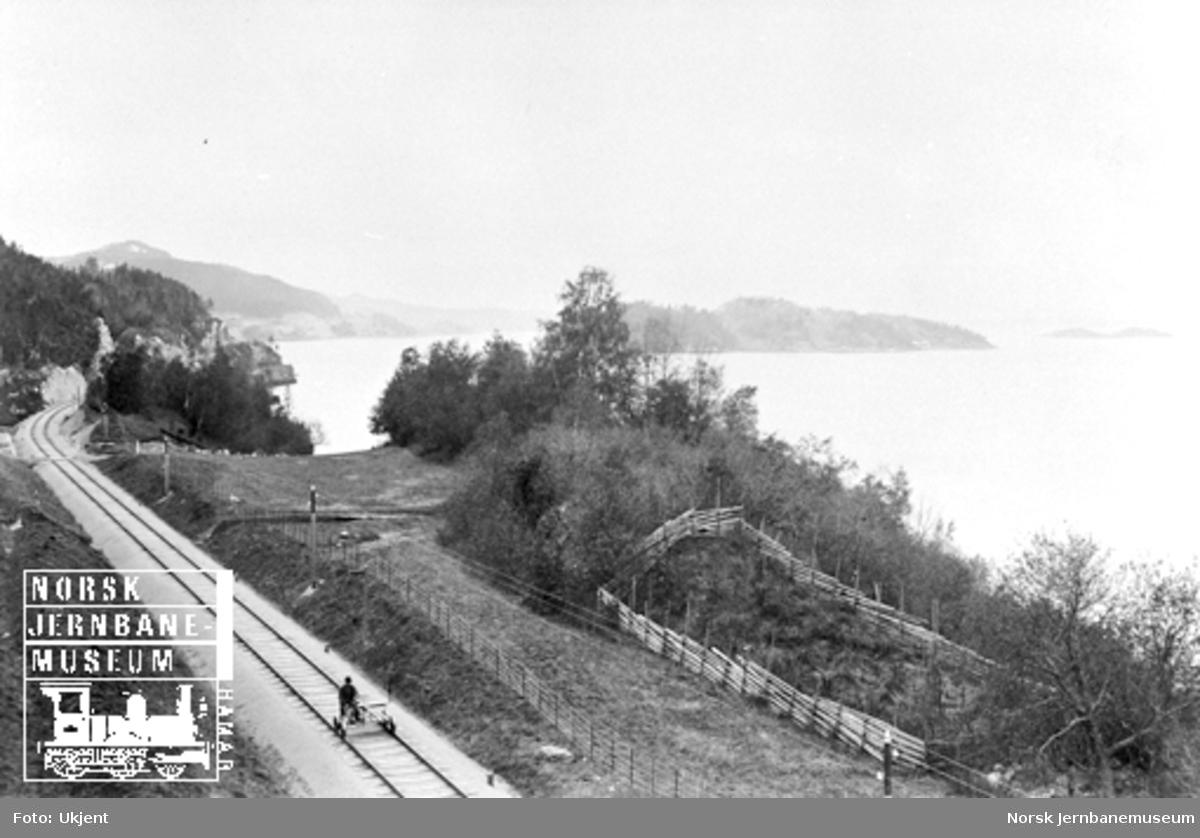 Utsikt fra Dragsetaunet med jernbanen og fjorden