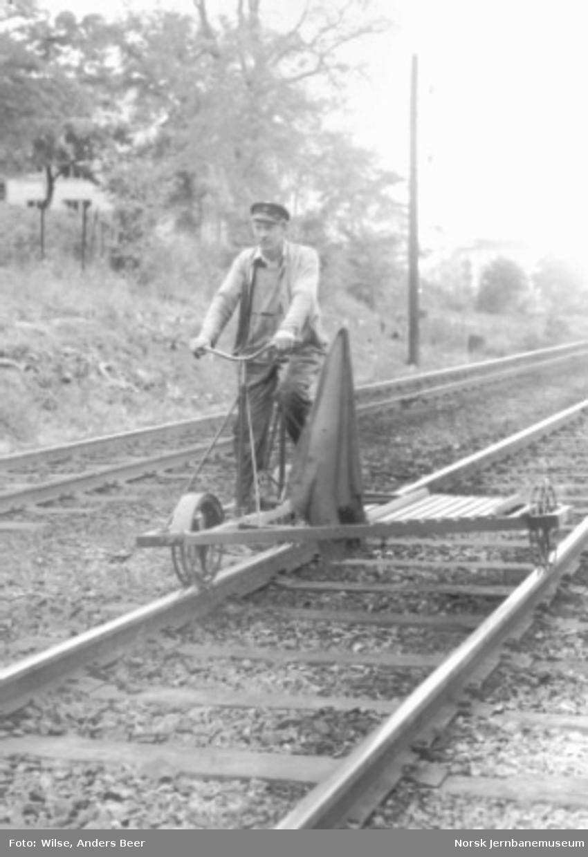 Banevokter på inspeksjon med sykkeldresin