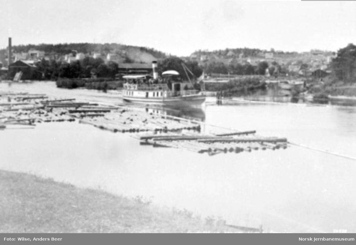 """Dampbåten D/S """"Turisten"""" på elven til Femsjøen"""
