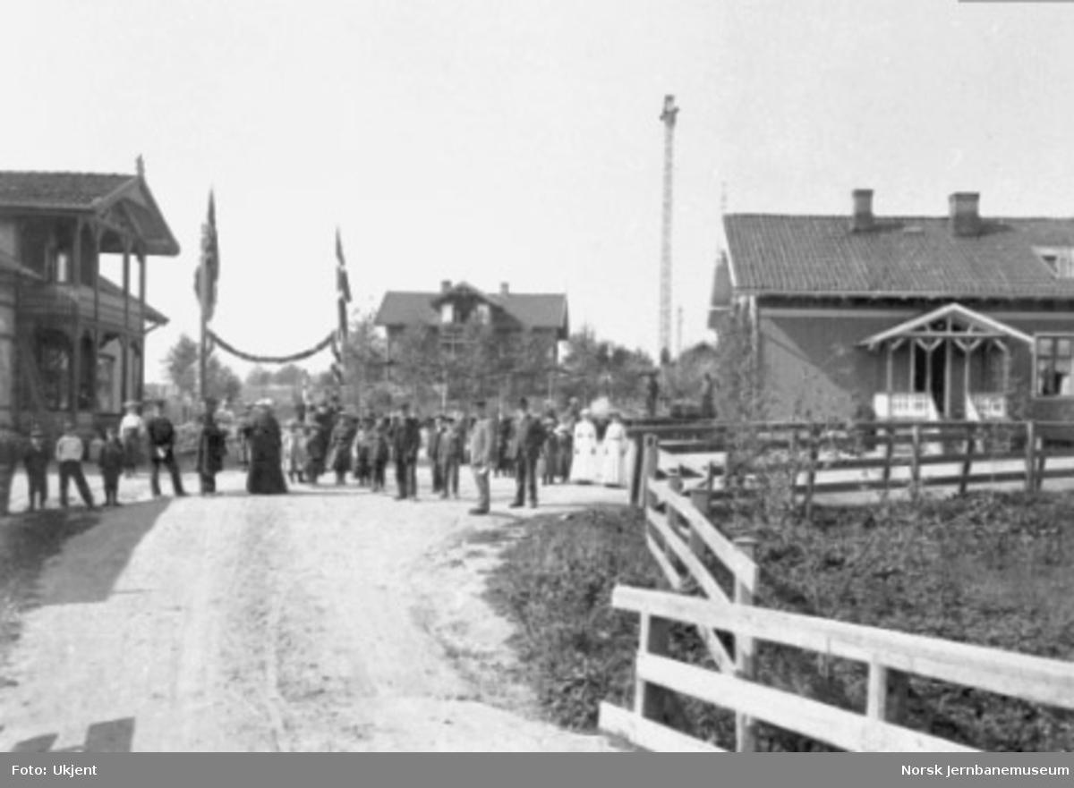 En festsmykket Leirsund stasjon ved Hovedbanens 50 års-jubileum