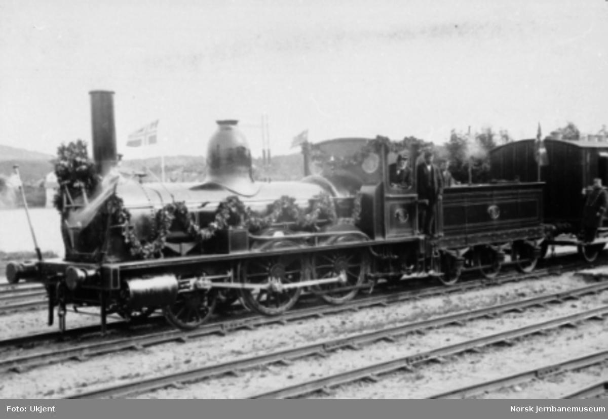 Et pyntet damplokomotiv litra A nr. 3 ved Hovedbanens 25 års-jubileum