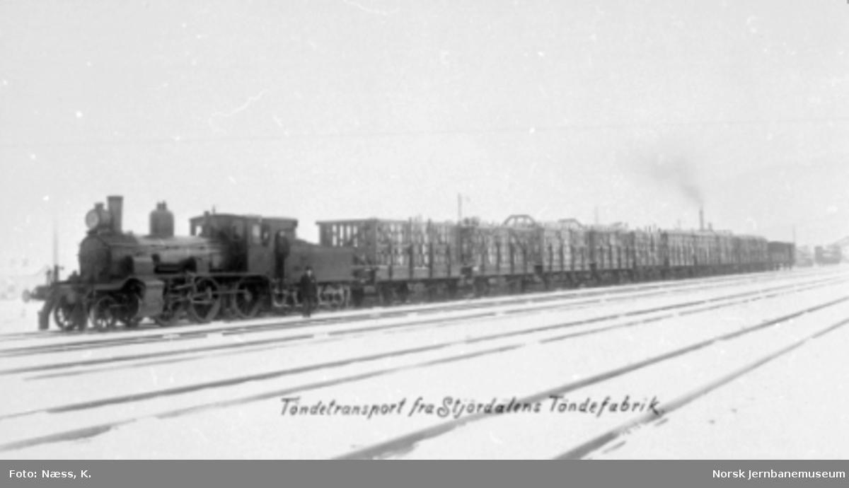 Damplokomotiv type 15c med godstog med stakevogner lastet med tønner fra Stjørdalens Tøndefabrik