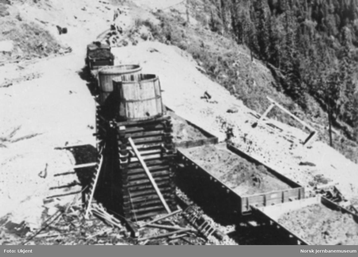 Provisorisk vannstasjon ved Falkmo tunnel syd med damplokomotiv og grusvogner