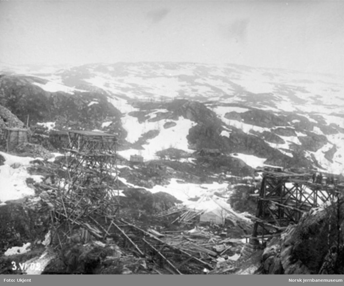 Byggingen av Norddalsbrua : Bruanlegget sett fra søndre landkar