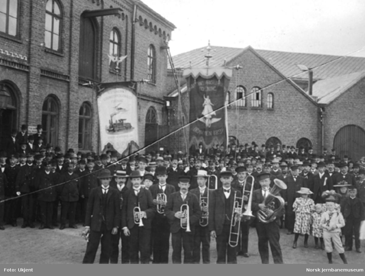 Jernbanefunksjonærer i Drammen under sine faner avstemmingsdagen i 1905