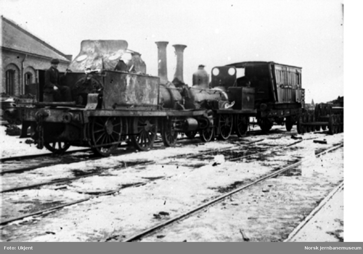 Skadede damplokomotiver nr. 14 (nærmest) og 17 etter togsammenstøtet ved Åbogen 4. mars 1873