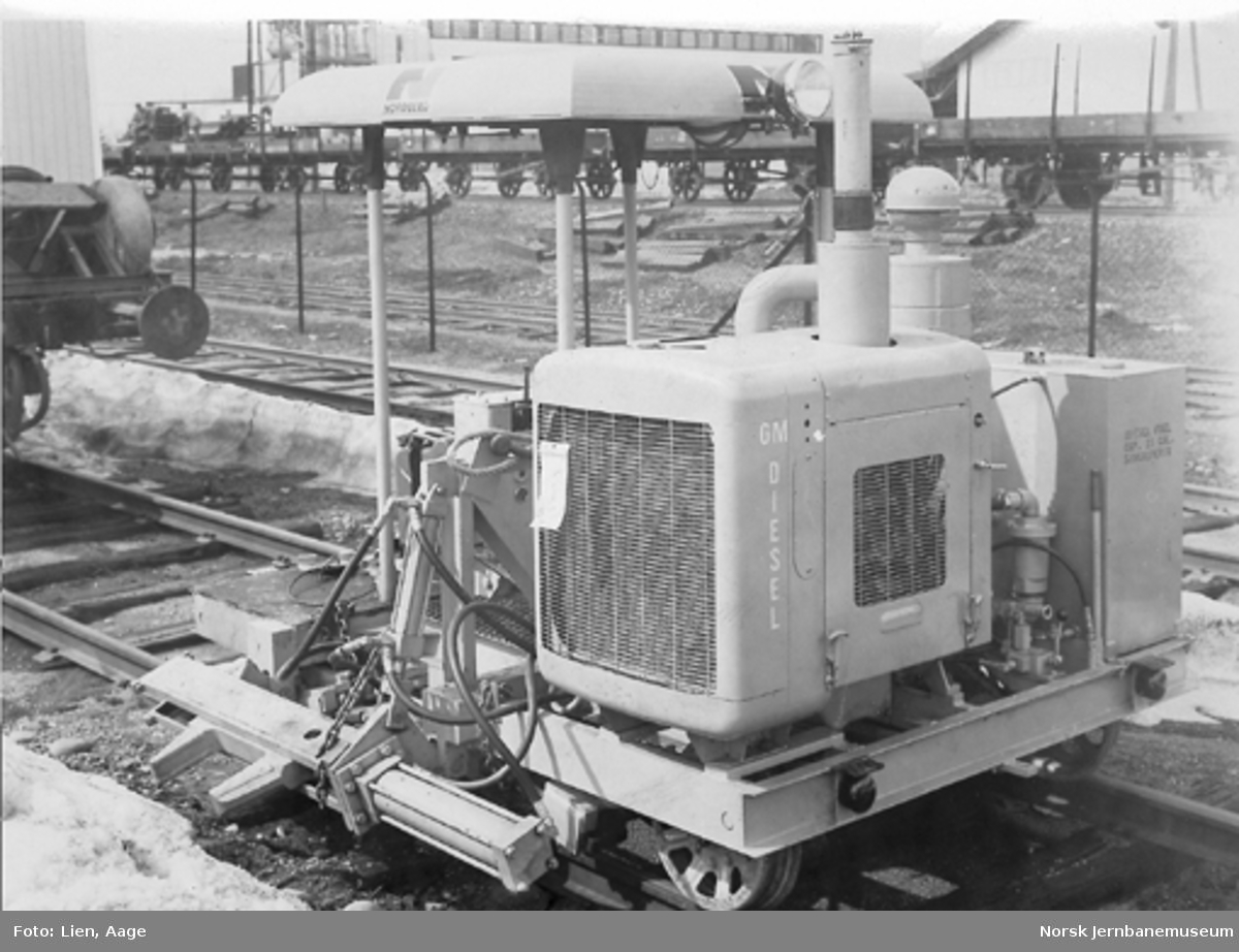 """Svillereguleringsmaskin """"Nordborg"""" med GM-diesel-motor, NSB nr. 202-xx"""