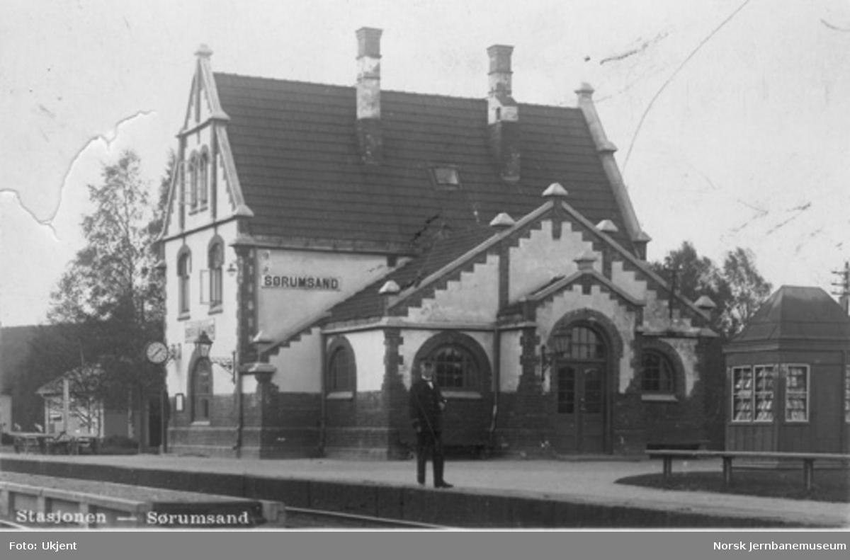 Sørumsand stasjonsbygning med stasjonsmester Hoff i forgrunnen
