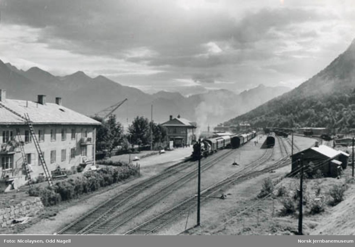 Åndalsnes stasjon : persontog klar til avgang i spor 1