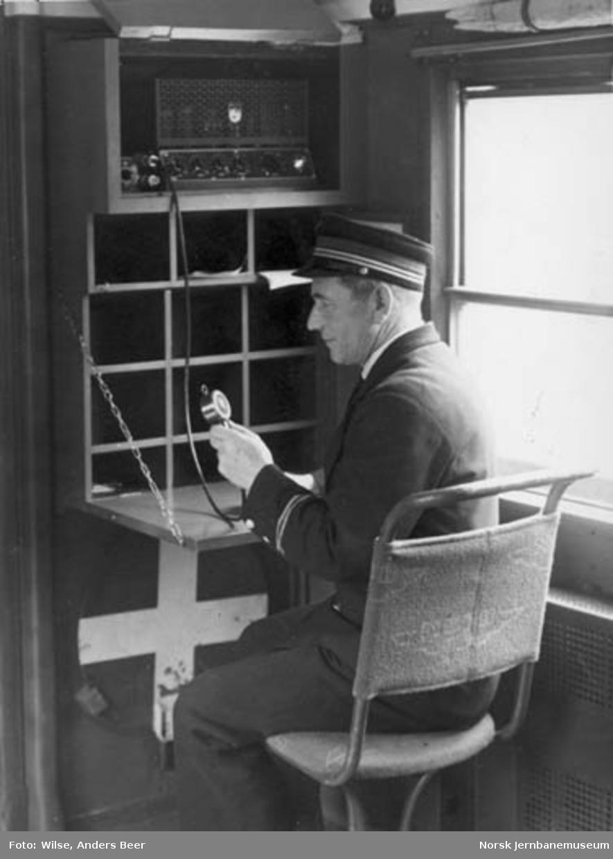 En konduktør betjener høyttaleren i et ekspresstog