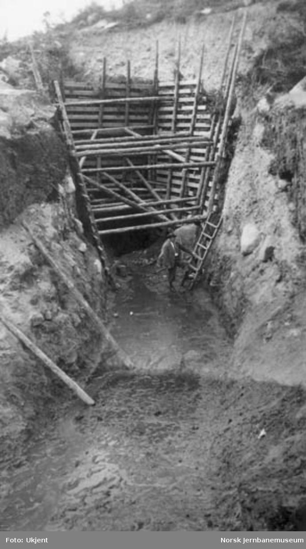Statsbanenes kraftstasjon i Driva ved Kongsvoll : innløpet til vanntunnelen fra Kongsvoldmyren