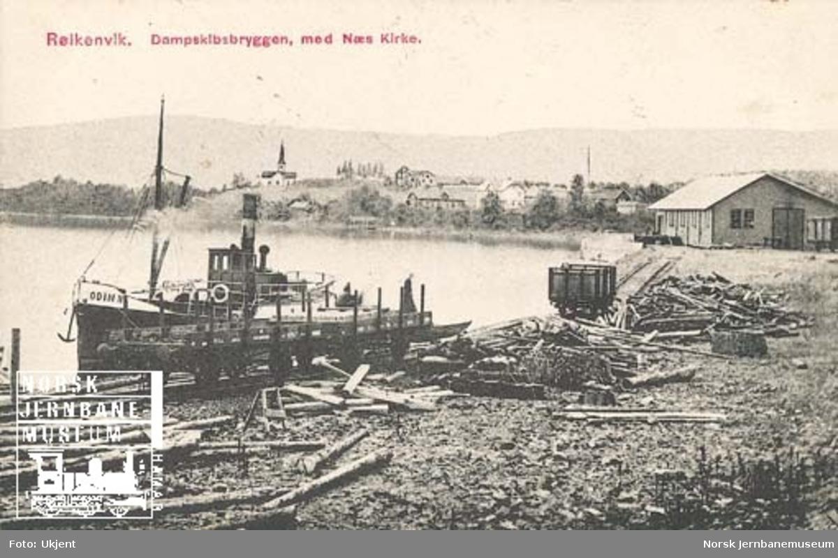 """Røykenvik stasjon, kaisporet med godsvogner og dampbåten """"Odin II"""""""