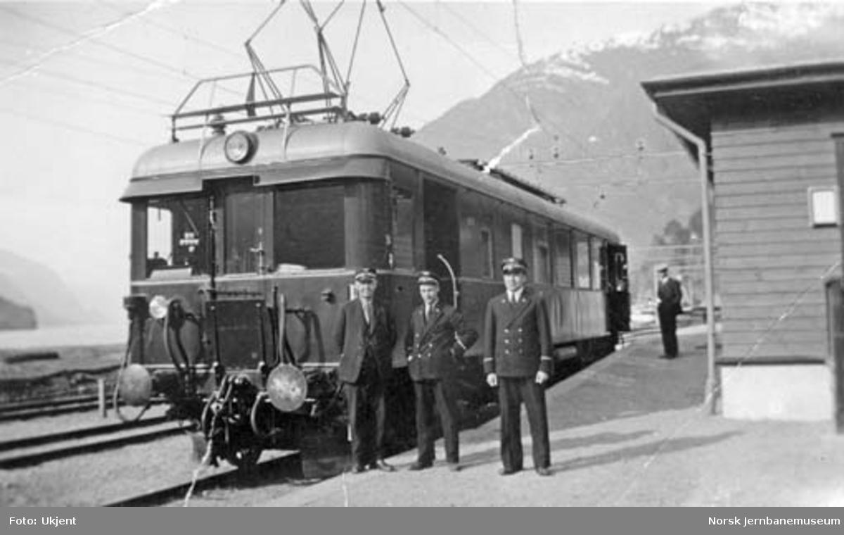 Elektrisk motorvogn type 64 (104) på Granvin stasjon