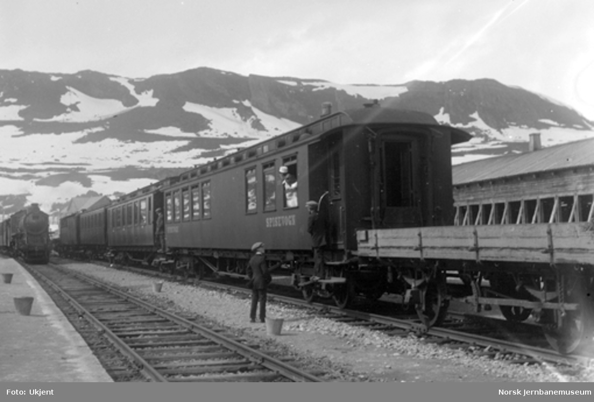 Kryssing på Finse stasjon, med vestgående tog med spisevogn og grusvogn bakerst i spor 2