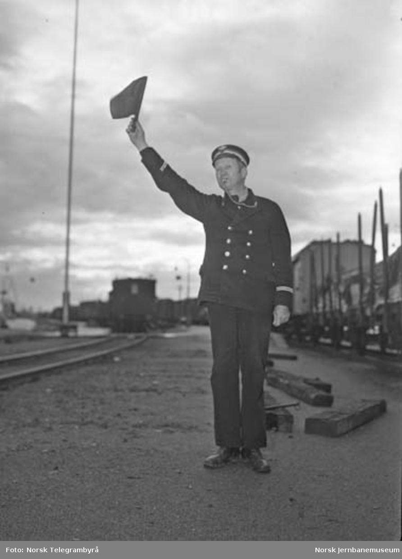 """Maskinen og """"beitet"""" - en tur med godstog 5283 Hamar-Lillehammer - klart for avgang"""
