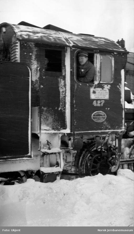 Førerhuset på damplokomotiv type 31b nr. 427  en vinterdag