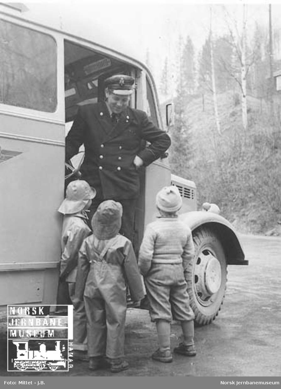 Lågendalsruten : sjåfør Harald Damdalen i samtale med barn i Uvdal