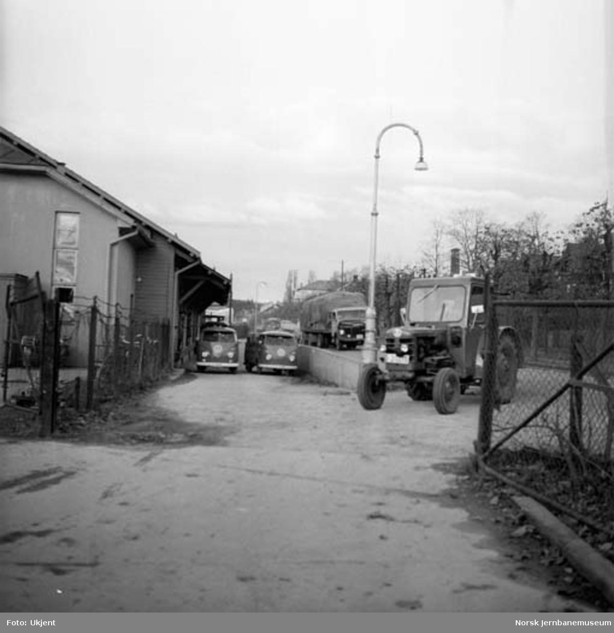 Hamar godshus med stasjonens traktor og E6 fremfor bygningen