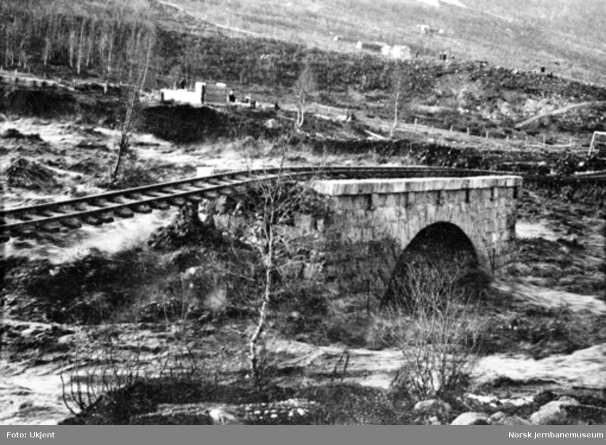 Skinnegangen ved Brusletto på Geilo, hvor jernbanefyllingen er vasket vekk etter dambrudd i Hoavsdalen og Bardøla rev med seg jernbanefyllingen