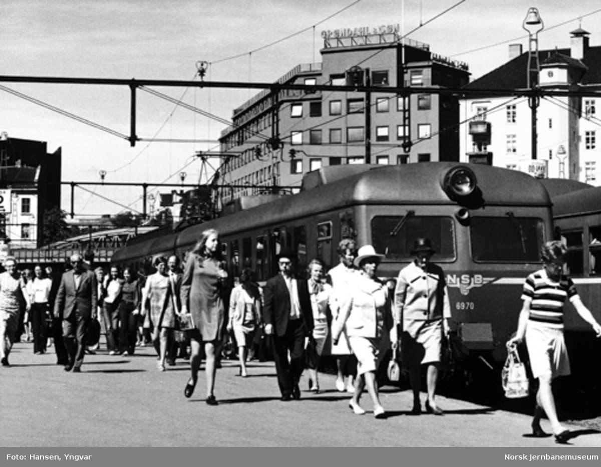 Oslo Vestbanestasjon med ankommet lokaltog fra Asker, motorvognsett type 69
