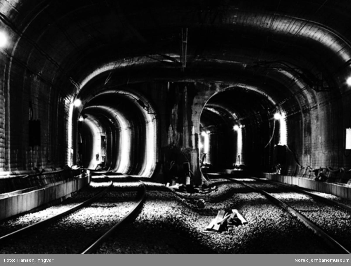 Oslotunnelen : sporene inn mot Nationaltheatret stasjon vestfra, før åpningen