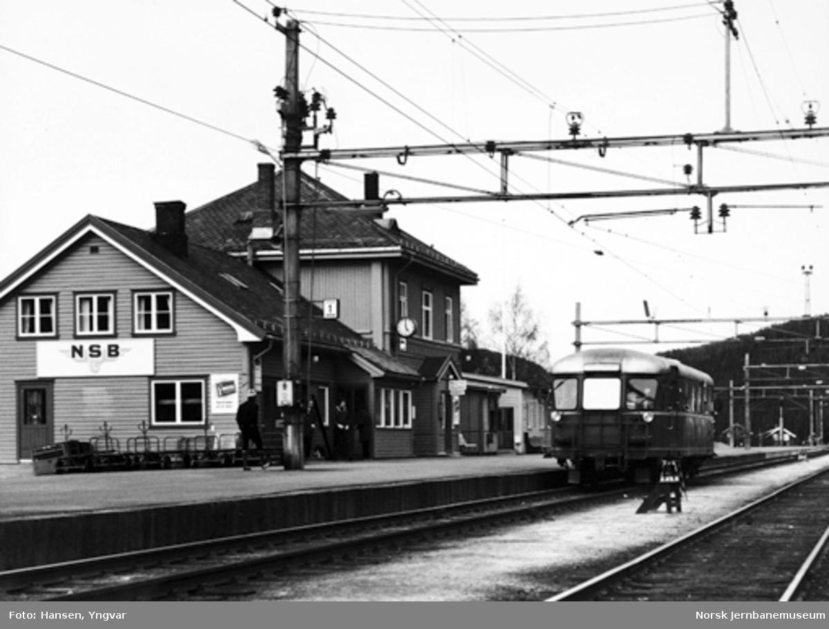 Motorvogn type 87 ankommet Ål stasjon i tog 1823 fra Hønefoss