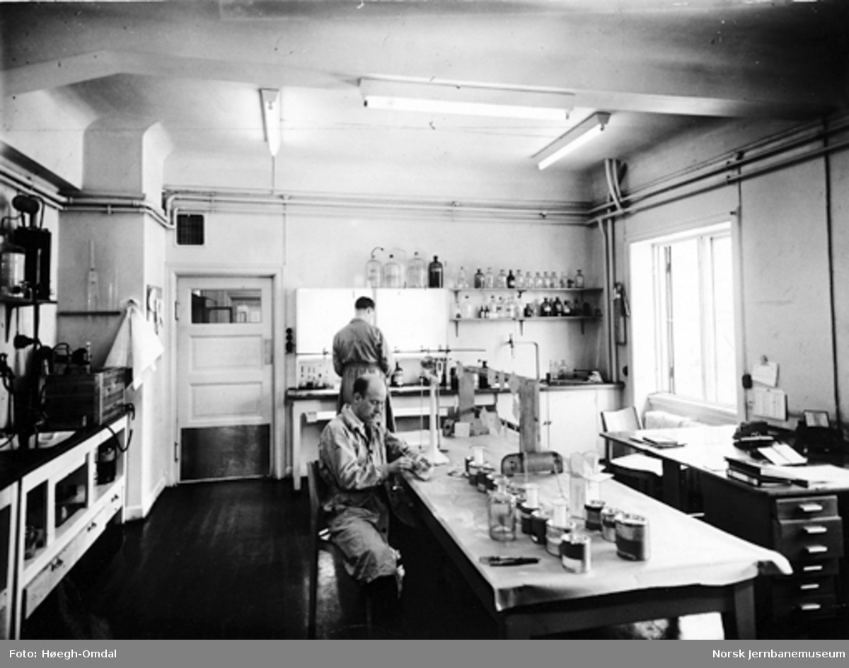 NSBs kjemiske laboratorium : tekniker K. Thenderup-Jensen undersøker prøver av maling