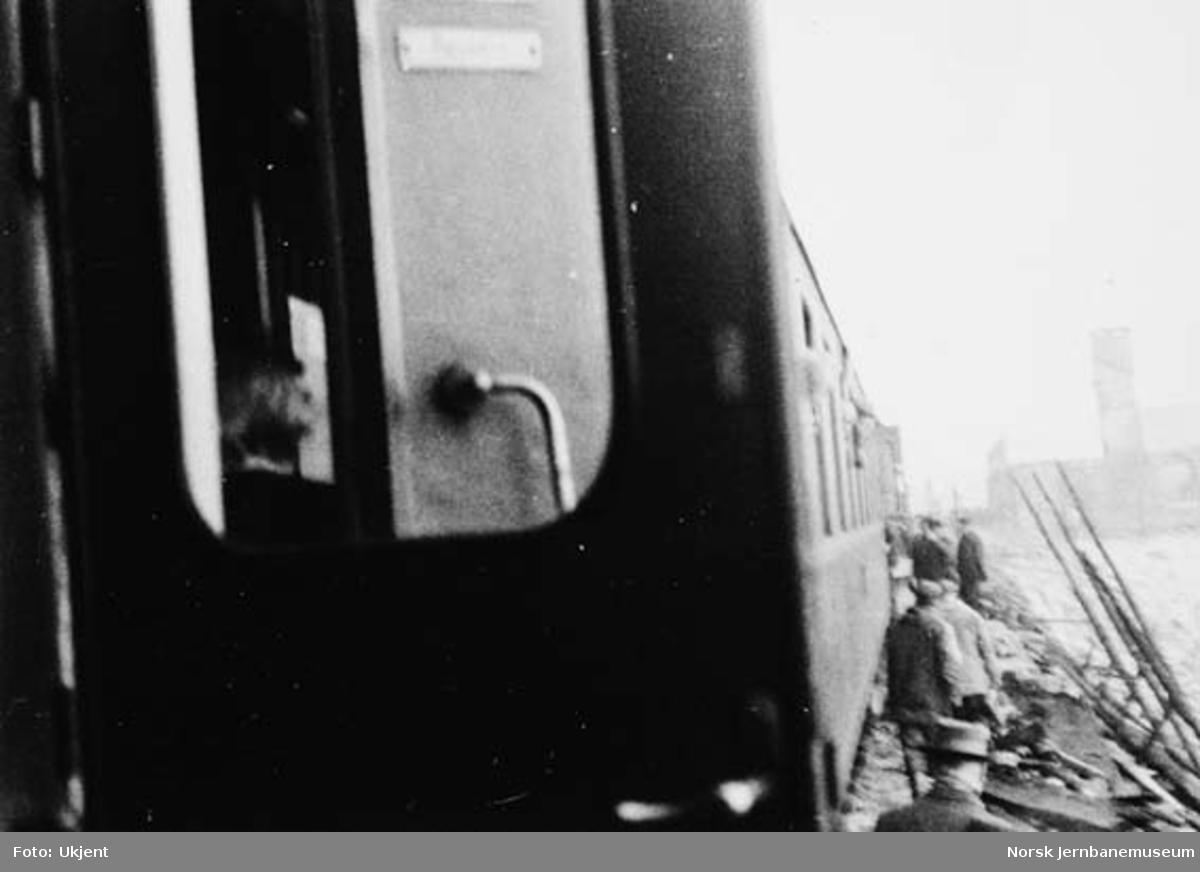 Hallingskeid stasjon etter brannen : dagtoget på stasjonen