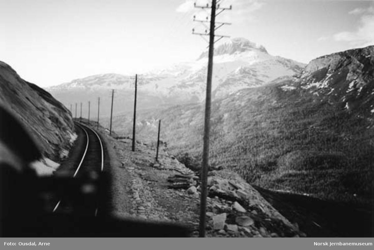 Utsikt fra lokomotivet mellom Lønsdal og Kjemåga mot Solvågtind