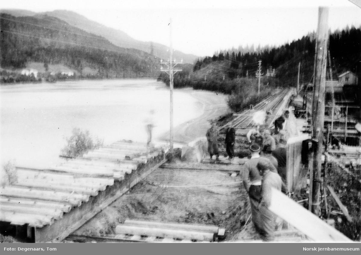 Bru over Tverråga : innlegging av provisorisk bru i sørenden for å få plass til peling og støping