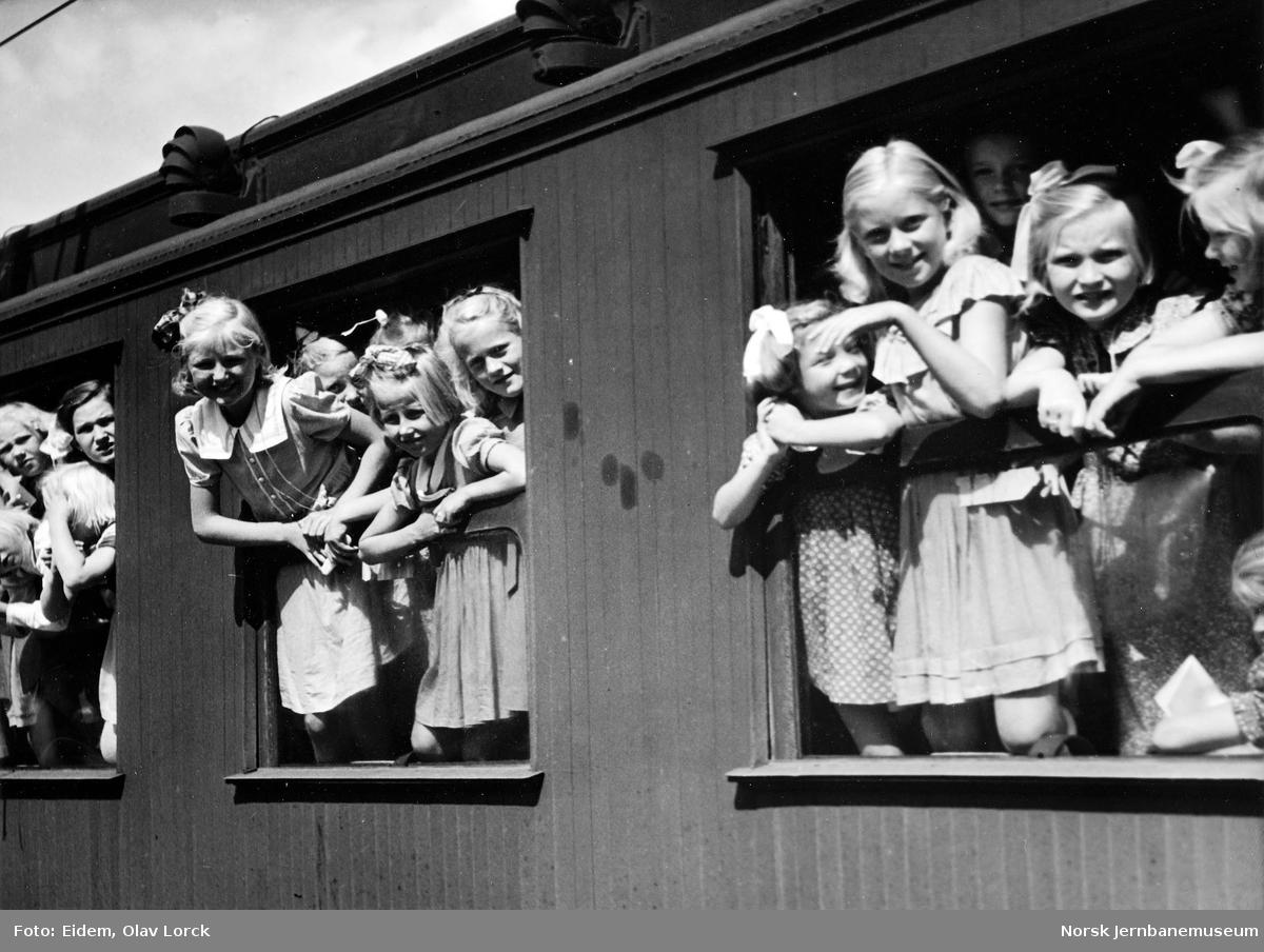 Barn på togtur til feriekoloni