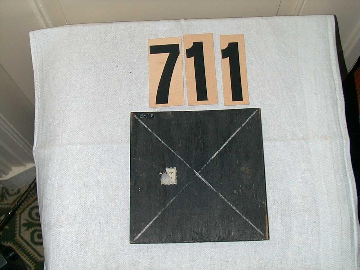 Kvadratisk plate med kryss på begge sider