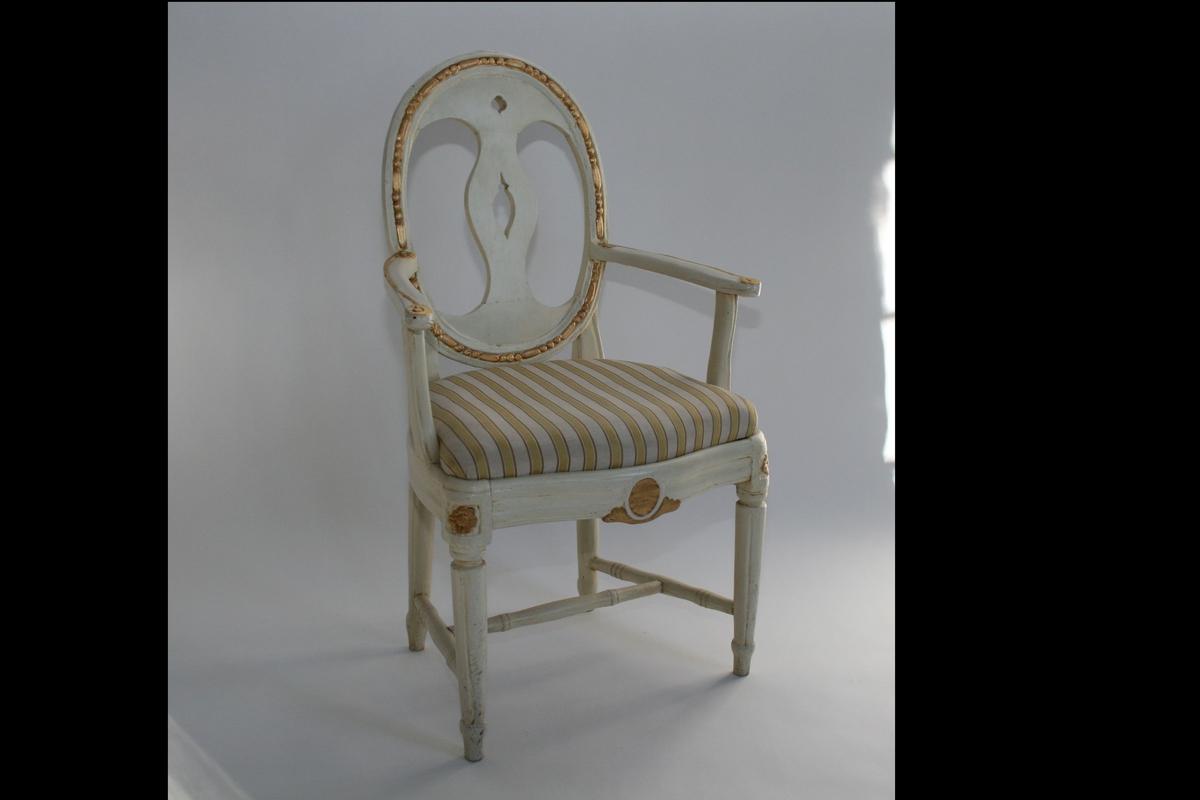 Armstol, hvitmalt med forgylt dekor, oval rygg.  Louis Seize-stil.