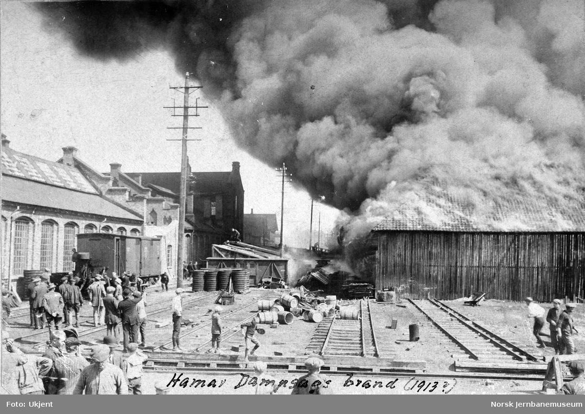 Brann på Hamar dampsag, sett fra jernbaneverkstedet