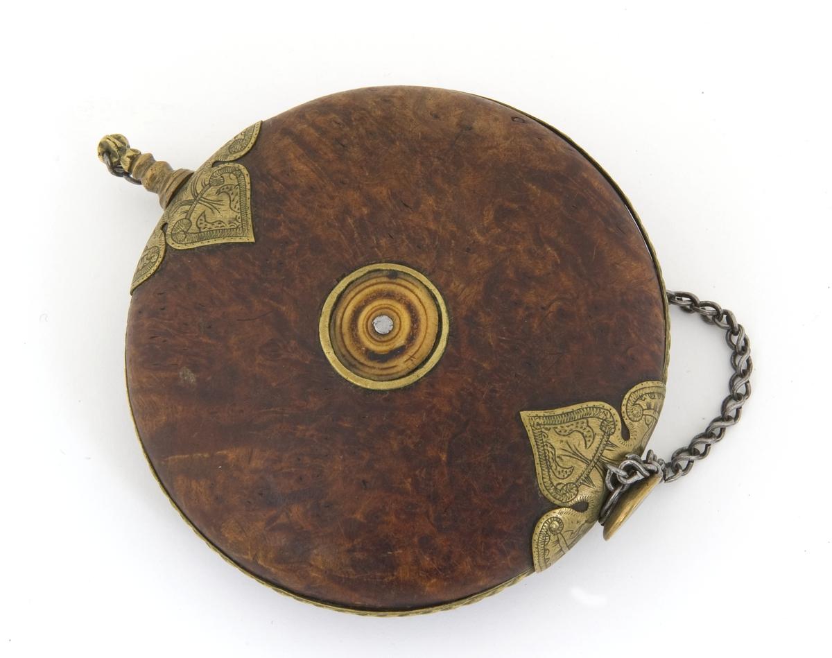 Snusdåse i tre med metall- og beinornamenter. Lokket er i form av en skrue og er  fasthengt i dåsen med lenke.