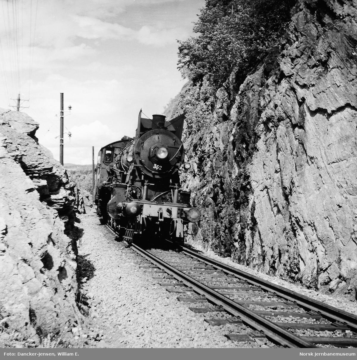 Damplokomotiv type 30b nr. 362 med godstog i Furuberget nord for Hamar