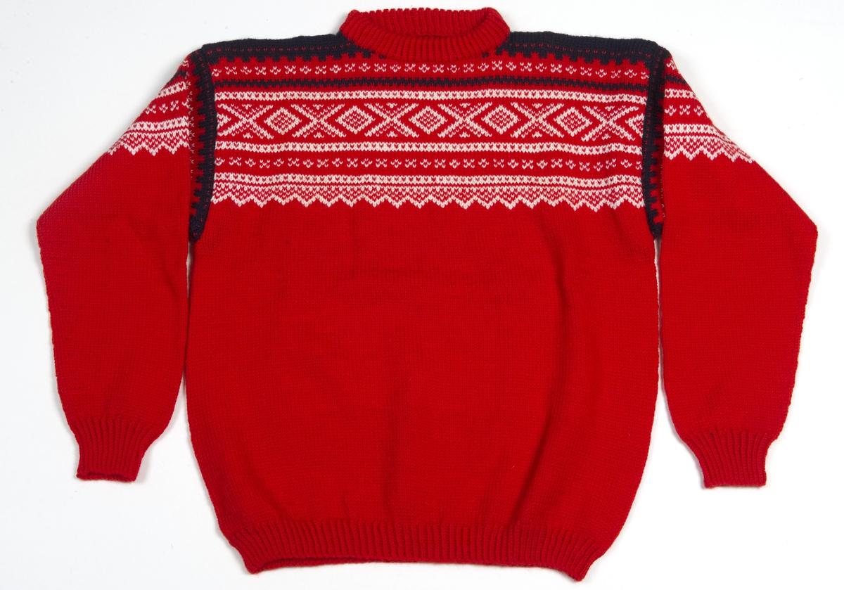 Rød strikket genser med mønster i hvit og svart.