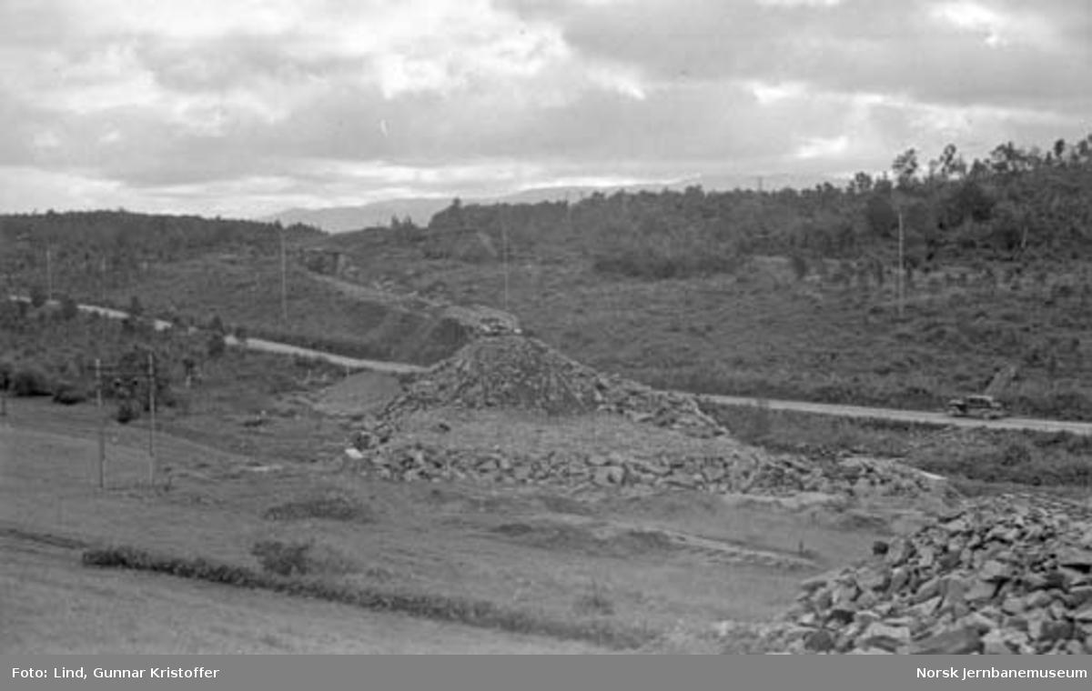 Nordlandsbaneanlegget : oppfylling til jernbanen med provisorisk bru over riksveg 785