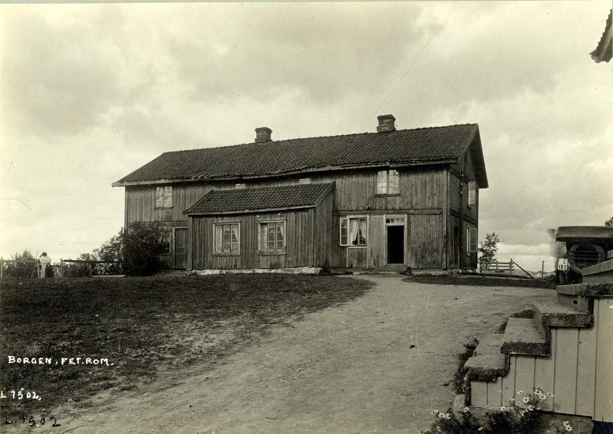Borgen, Fet, Nedre Romerike, Akershus. Våningshuset sett mot gårdsplassen. Trapp i hjørnet av bildet.