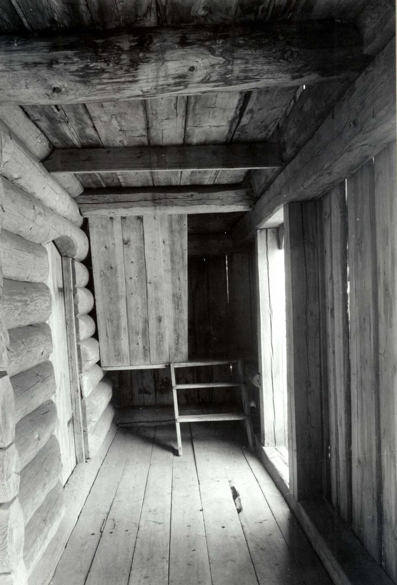 Nedre Hanestad, Rendalen, Nord-Østerdal, Hedmark. Svala i loftbua eller buloftet, sett fra innsiden. Nå på Glomdalsmuseet.