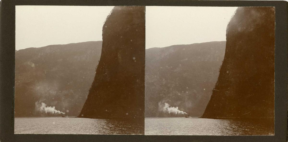 Stereoskopi. Dampbåt på fjord ved fjell, ukjent sted.