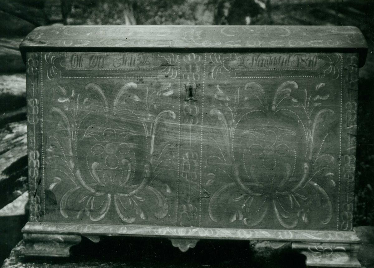 Kiste merket 1840, Nordre Holtan, Flesberg, Buskerud. Malt av Ole Olsen Nerigard fra Juvsgranden i Nore.