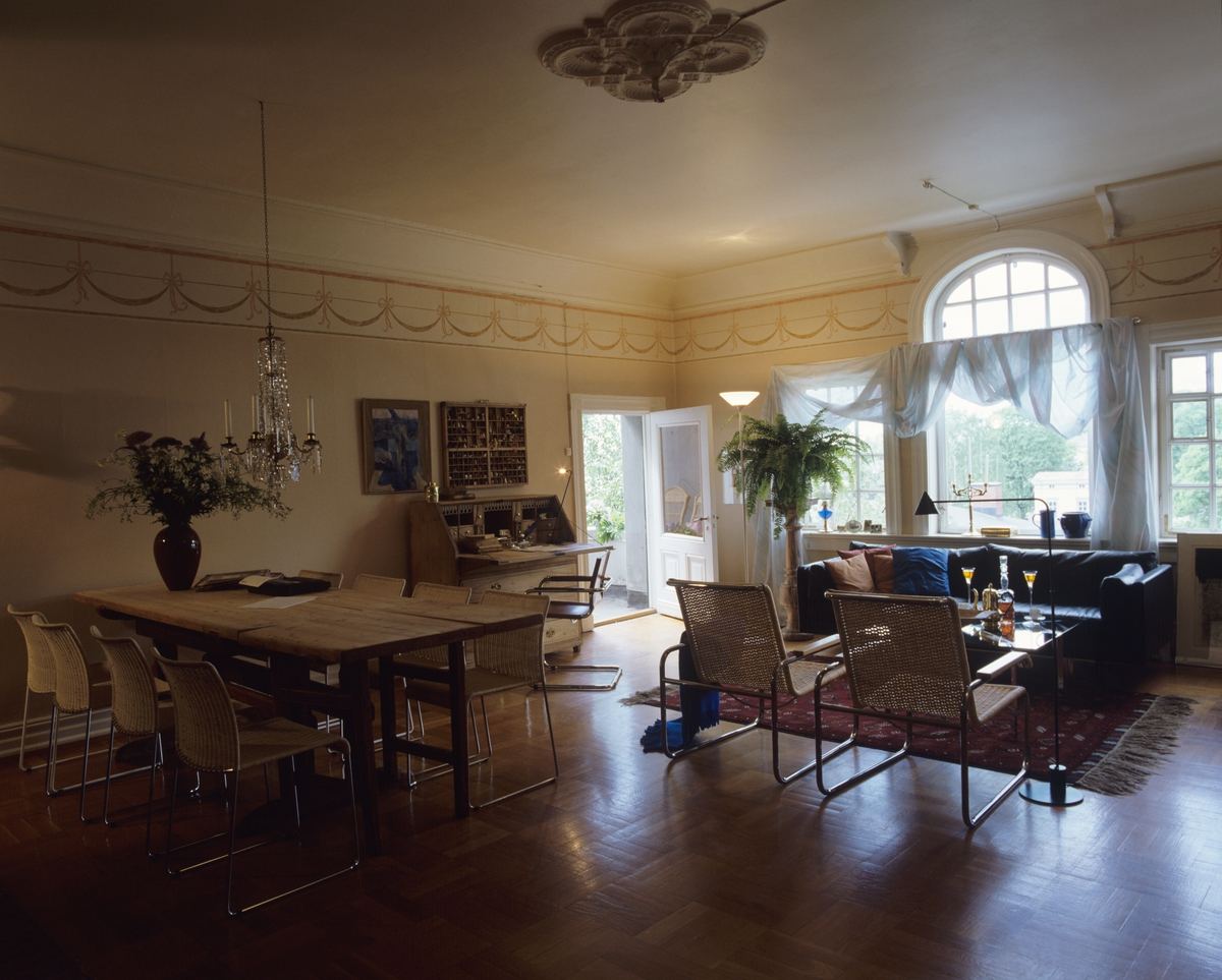 Stue med moderne innredning, gammelt klaffebord ved veggen, store ...