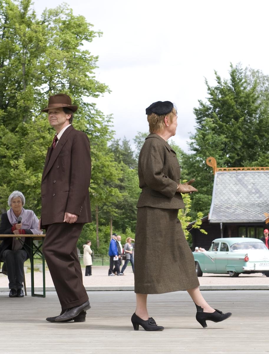 Kvinne i drakt, og mann i dress fra 1950-tallet. Fra arrangement på Norsk Folkemuseum 13. juni 2010.