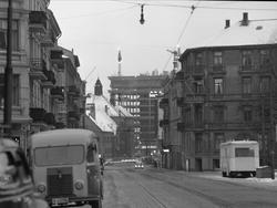 Gatemotiv fra Sørkedalsveien i Oslo, fotografert i 1957. Phi