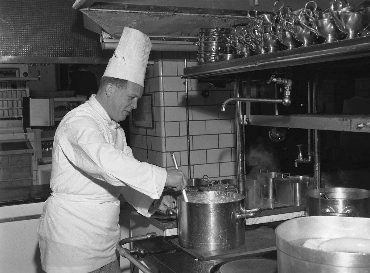 Hotell Viking, Oslo, mai 1957. Kokk på kjøkken.