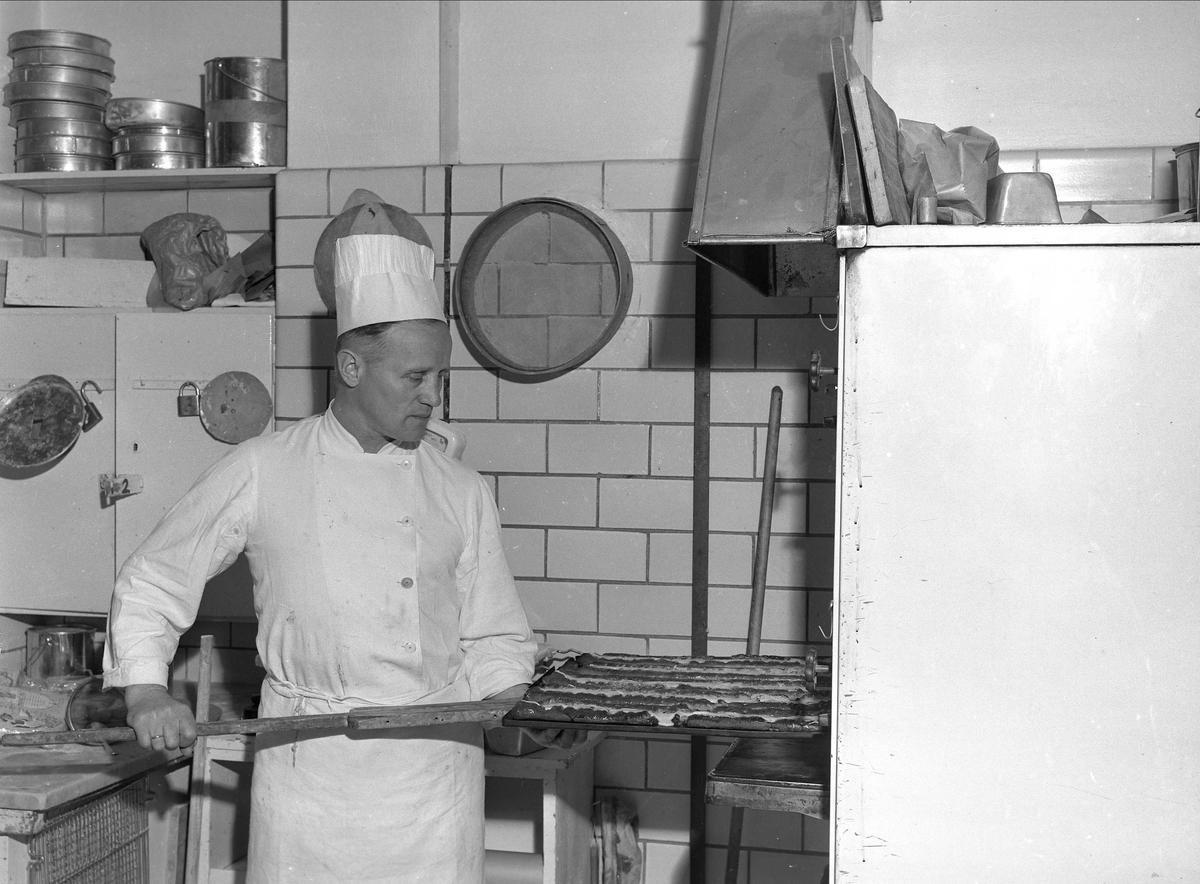 Hotell Viking, Oslo, mai 1957. Kokk lager bakverk på kjøkken.