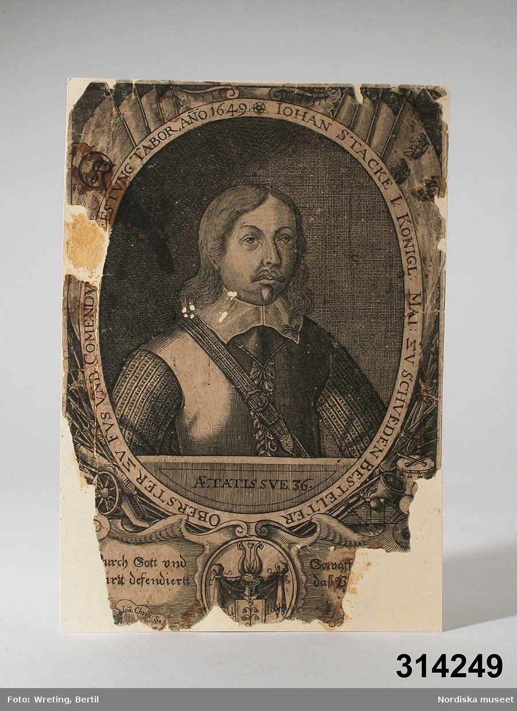 """Katalogkort: """"Porträtt, kopparstick  Defekt kopparstick, uppklistrat på pappskiva. Text: 'IOHAN STACKE I: KÖNIGL MAI: ZV SCHVEDEN BESTELTER OBERSTER ZV FVSS VND COMMENDV---ESTVUNG TABOR, ANO, 1649.', jämte bröstbild av Johan Stake (1613-1657) 1988-12-19 HJ."""" [Under porträttet texten """"AETATIS SVE 36"""".]"""