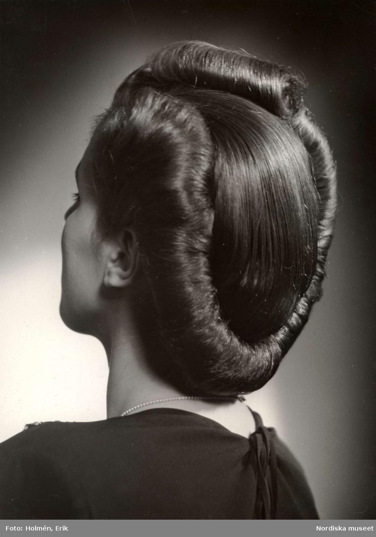 Kvinna med hårvalk, visad snett bakifrån. Nordiska Kompaniet.